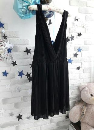 Шикарное шифоновое платье цвет черный шифон плисе (гафрированная) mango