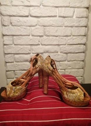Босоножки на каблуке loura