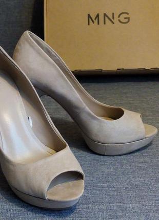 Бежевые замшевые туфли с открытым носом