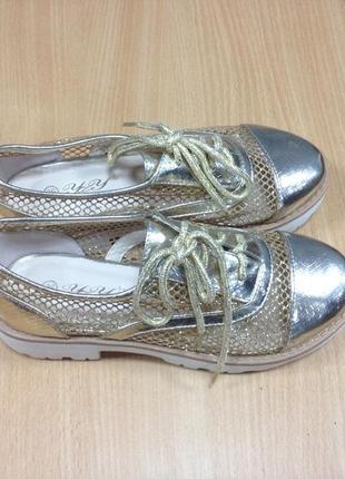 Модные кроссовки на тракторной подошве
