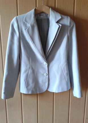Стильный светлый женский пиджак в идеальном состоянии