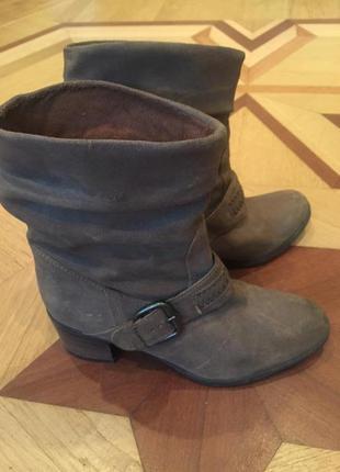 Ботинки из нубука clarks