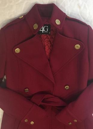 Теплое пальто цвета бордо из шерсти с золотыми пуговицами