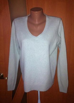 Мятный свитерок с v-образным вырезом и асимметрией длины