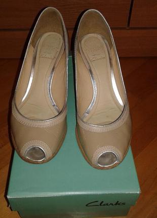 Кожаные удобнейшие туфли clarks на среднем 7,5 см  каблуке 39  разм.
