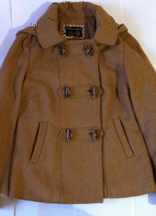 Короткое пальто с капюшоном на пуговицах рыжего цвета