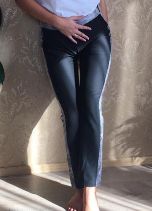 Чорні класичні штани зі вставками по боках. майка також продається