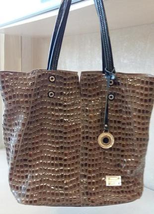Интересная сумочка в коричневых тонах с лаковой  отделкой