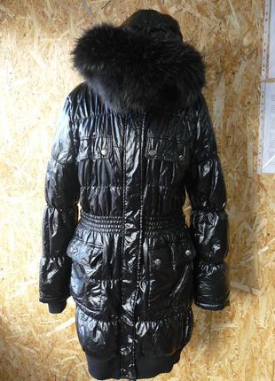 Теплое стеганное женское пальто с натуральным мехом черного цвета.
