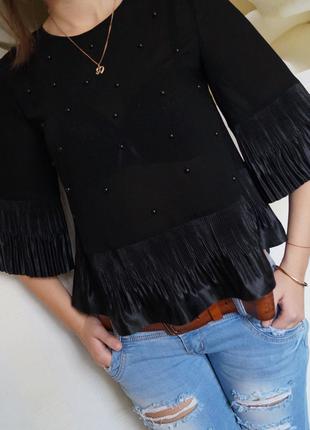 Блузочка из тонкого шелка,отделка нашивными бусинами,плиссированная атласная оборка