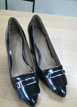 Красивые натуральные лакированные туфли next
