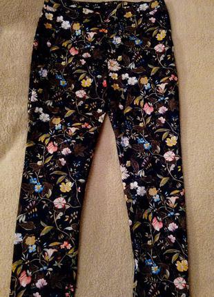 Темно-синие брюки с цветами