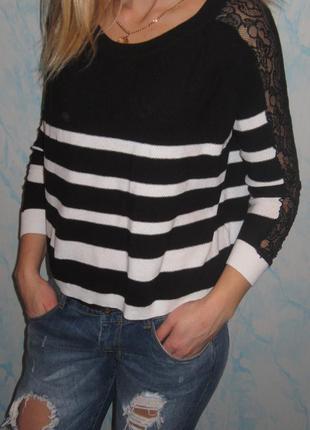 Стильный свитерок свободного кроя с ажурными рукавами