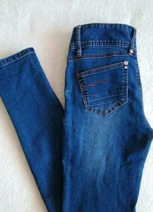 Синие джинсы скинни с завышеной талией