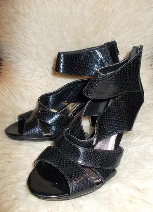 Оригинальные летние босоножки (ботильоны) от известного бренда george love your shoes