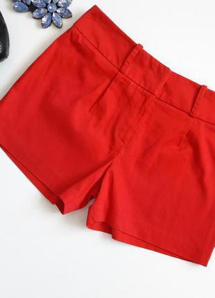 Красные шортики.