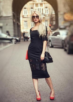 Черное платье футляр миди с кружевом
