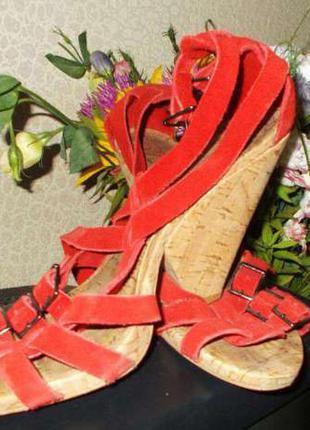 Женские замшевые босоножки красного цвета bershka