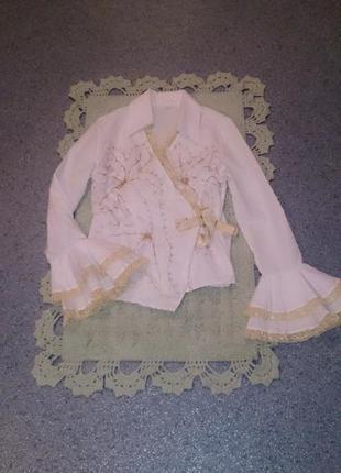 Белая блуза с запахом и рюшами