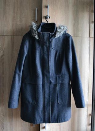 Актуальное серое пальто с капюшоном от atmosphere