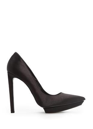 Элегантные туфли -лодочки с атласным блеском черного цвета на высоком каблуке mango