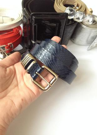 Синий ремень с золотой фурнитурой