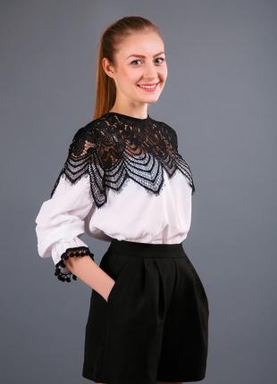 Блуза струящаяся, украшена дорогим кружевом