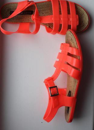 Яркие сандали босоножки вьетнамки шлепанцы с ремешком на низком ходу