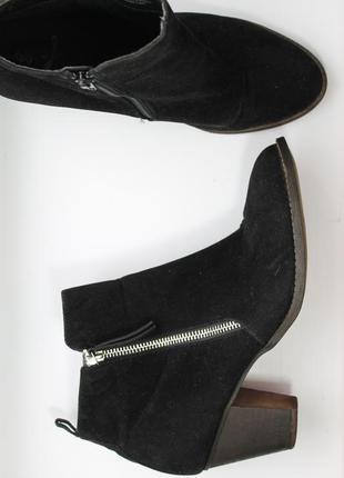 Класичесские замшевые сапоги ботинки полусапожки на каблуке с замками по бокам