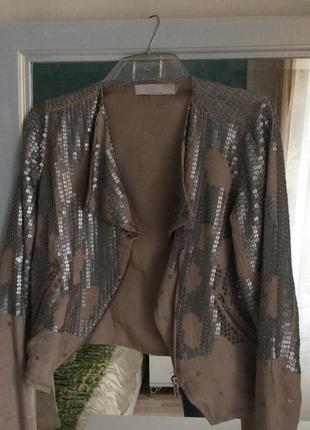 Очень яркая легкая куртка с пайетками say