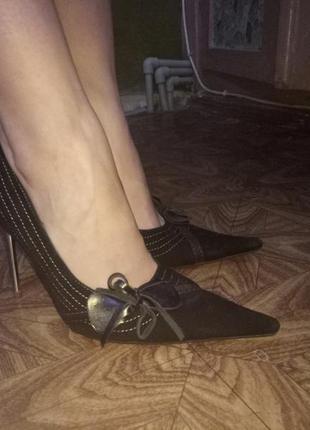 Продам строгие замшевые туфли с острым носком