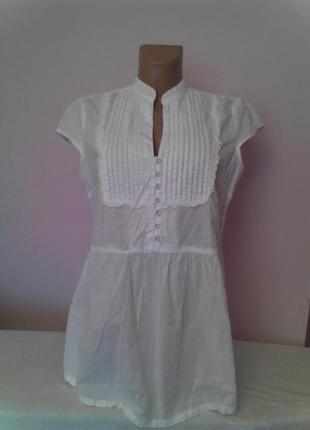 Белая нарядная блузка с ажурной вставкой на груди