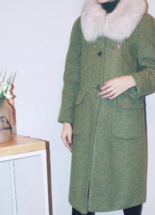 Пальто с мехом миди зеленое на пуговицах со значками размер xs s