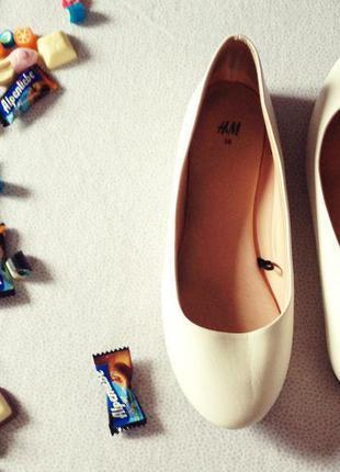 Білі балетки) дуже зручні та модні) гарно виглядають на ніжках) розмір 38 (стелька 25 см).