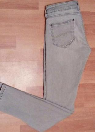 Актуальные джинсы серого цвета1