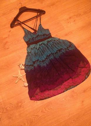 Суперское платье сарфан цветной принт открытая спина на бретелях бренд   oli / l