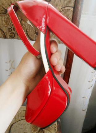 Красные босоножки на каблуку