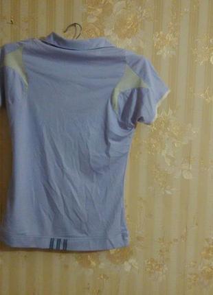 Лиловая футболка.