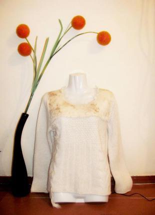 Оригинальный кремово-молочный свитер с косами, искусственным мехом и пером oui