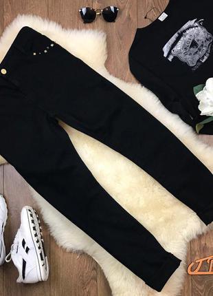Фирменные черные джинсы прямого покроя с высокой посадкой и золотистым декором карманов    pn0105