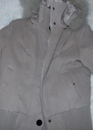 Короткое теплое пальто со сьемным капешоном и натуралын мехом