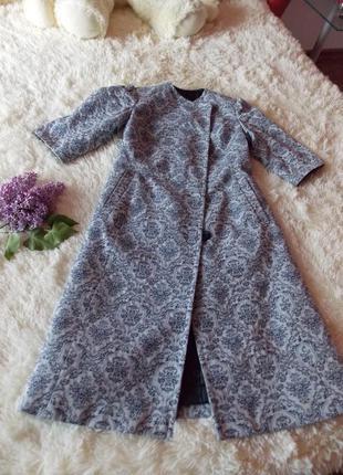 Оригинальное пальто миди. нарядное пальто с раскошным принтом