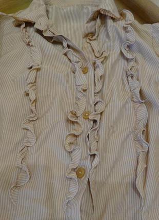 Бежевая блузка с рюшами