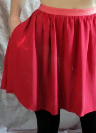 Яркая короткая юбочка с карманами
