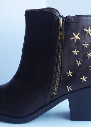 Чобітки з зірочками, дуже зручні та красиво виглядають на ніжці)