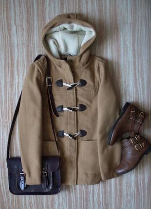 Стильное бежевое пальто дафлкот