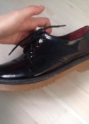 Стильные лакированные ботинки туфли демисезон типа dr martens мартена