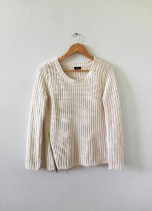 Белый вязанный свитер