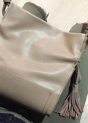 Бежевая сумка с кисточками zara