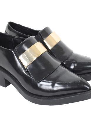 Черные туфли на высокой подошве с золотистой пряжкой 8144